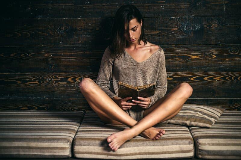 Η κομψή όμορφη γυναίκα διαβάζει ένα βιβλίο Ελκυστικό νέο θηλυκό στοκ εικόνες