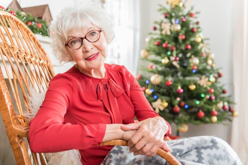 Η κομψή ώριμη κυρία εκφράζει το gladness για τον εορτασμό στοκ εικόνες με δικαίωμα ελεύθερης χρήσης
