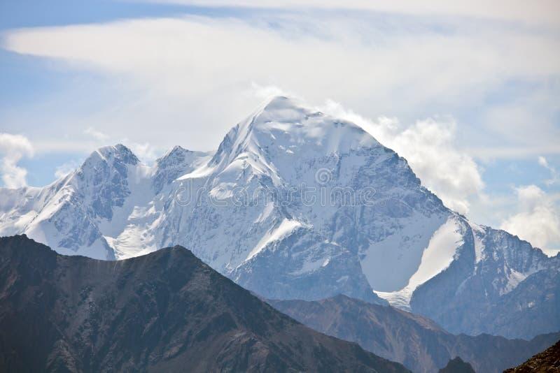 Η κορυφή βουνών με τις απότομες κλίσεις, απότομοι βράχοι, παγετώνες στοκ εικόνες
