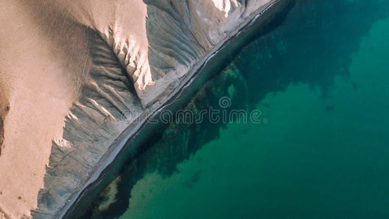 Η κορυφή του βουνού επάνω από την μπλε άποψη θάλασσας Άποψη από τον κηφήνα στοκ φωτογραφίες