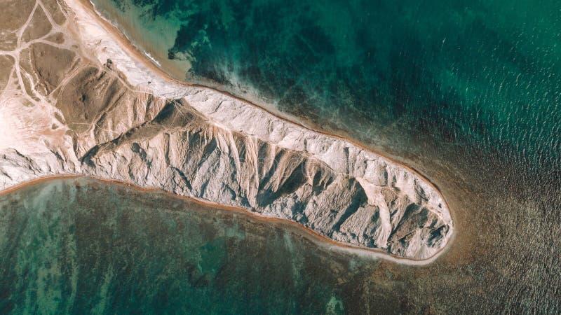 Η κορυφή του βουνού επάνω από την μπλε άποψη θάλασσας Άποψη από τον κηφήνα στοκ φωτογραφία