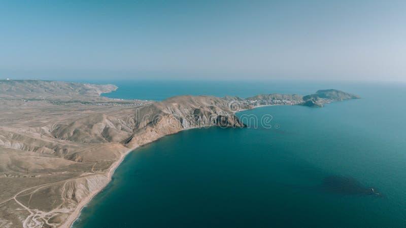 Η κορυφή του βουνού επάνω από την μπλε άποψη θάλασσας Άποψη από τον κηφήνα στοκ φωτογραφία με δικαίωμα ελεύθερης χρήσης
