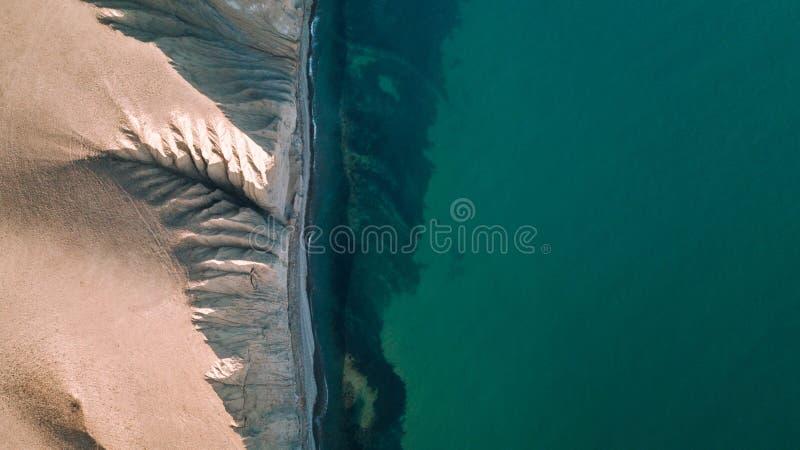 Η κορυφή του βουνού επάνω από την μπλε άποψη θάλασσας Άποψη από τον κηφήνα στοκ εικόνες
