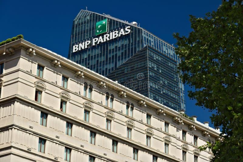 Η κορυφή του πύργου διαμαντιών και διδάσκει BNL- BNP Paribas στο Μιλάνο στοκ εικόνες
