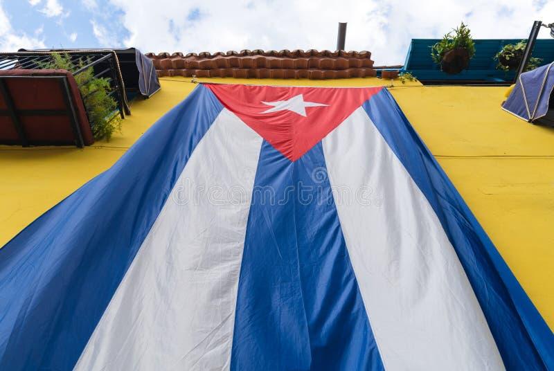 Η κουβανική σημαία κρεμά από το κίτρινο κτήριο στοκ φωτογραφίες με δικαίωμα ελεύθερης χρήσης