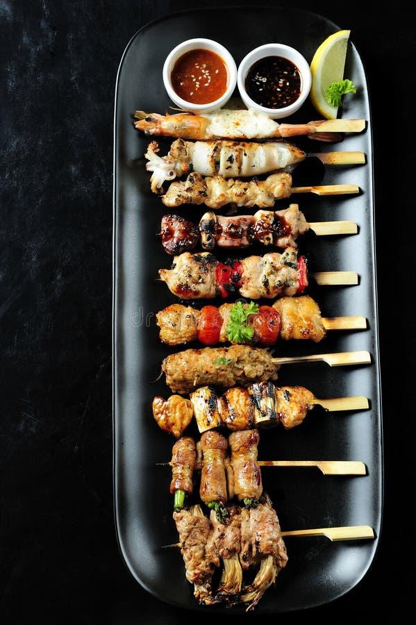 η κουζίνα έψησε το ιαπωνικό yakitori στη σχάρα στοκ φωτογραφία με δικαίωμα ελεύθερης χρήσης