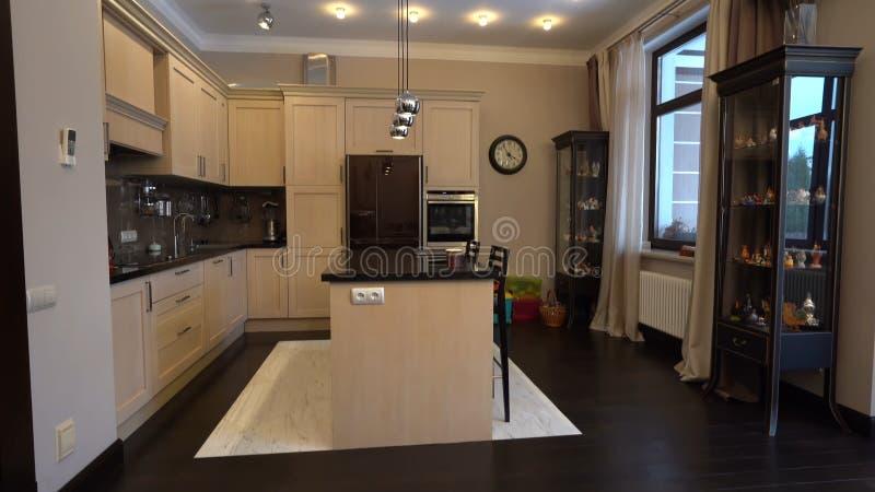 Η κουζίνα στο διαμέρισμα Το σχέδιο του δωματίου κουζινών Σπίτι, εσωτερικό στοκ εικόνα με δικαίωμα ελεύθερης χρήσης