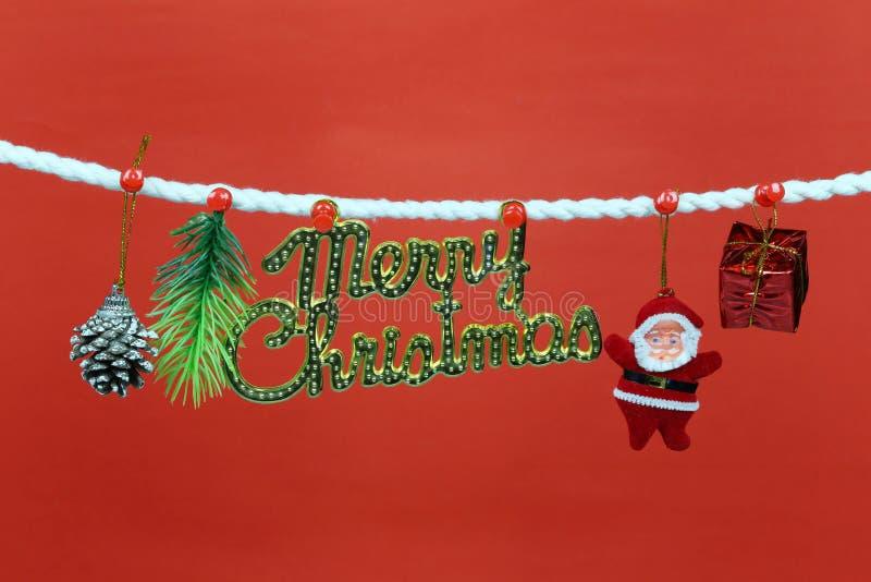 Η κούκλα Santa κρεμά στη σκοινί για άπλωμα και έχει το διάστημα αντιγράφων με το κόκκινο υπόβαθρο στοκ φωτογραφίες με δικαίωμα ελεύθερης χρήσης