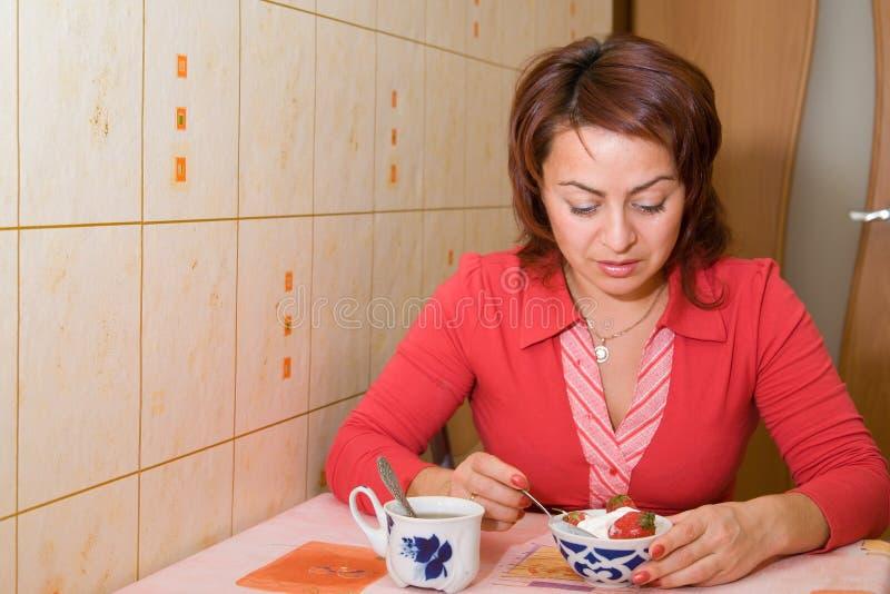 η κρέμα τρώει τη γυναίκα πάγ&omicr στοκ φωτογραφίες