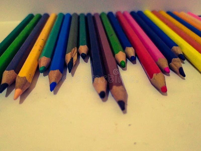 Η κρητιδογραφία πολλοί χρώμα στο λευκό υποβάθρου για κάνει την τέχνη στοκ εικόνες