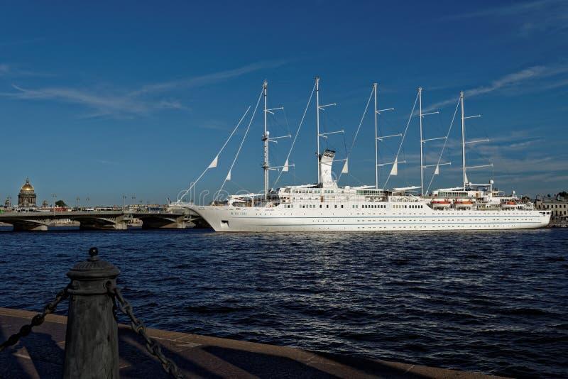 Η κυματωγή αέρα σκαφών της γραμμής κρουαζιέρας αναχωρεί από τη Αγία Πετρούπολη, Ρωσία στοκ φωτογραφίες με δικαίωμα ελεύθερης χρήσης