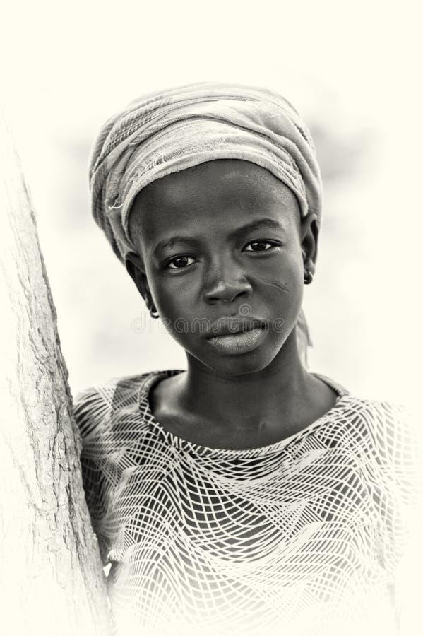 Η κυρία από τη Γκάνα θέτει για τη φωτογραφική μηχανή στοκ φωτογραφία