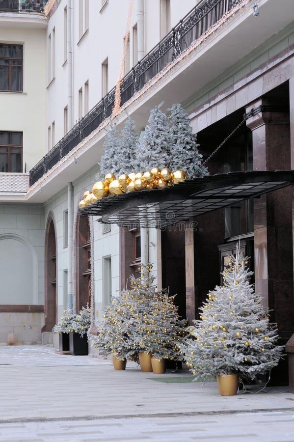 Η κυρία είσοδος στο ξενοδοχείο Metropole, που διακοσμείται με τα παιχνίδια Χριστουγέννων και τα χριστουγεννιάτικα δέντρα στοκ εικόνα