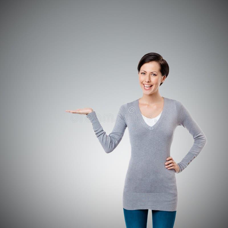 Η κυρία εμφανίζει υπόδειξη της χειρονομίας χεριών στοκ φωτογραφία με δικαίωμα ελεύθερης χρήσης