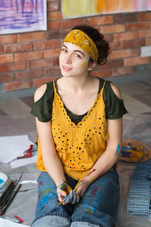 Η κυρία πορτρέτου χόμπι Καλών Τεχνών δίνει το βρώμικο χρώμα στοκ φωτογραφίες με δικαίωμα ελεύθερης χρήσης