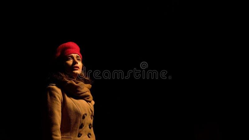 Η κυρία που στέκεται μόνο τη νύχτα, μάτια με τα δάκρυα, χώρισε ακριβώς με το φίλο στοκ φωτογραφία