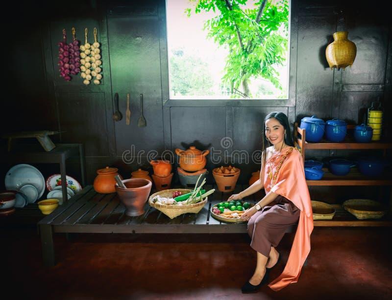 Η κυρία Thailand που φορά Ταϊλανδό κάνει τα τρόφιμα στοκ φωτογραφία