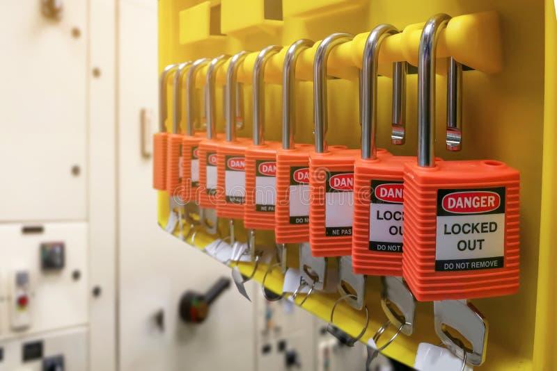 Η κόκκινες βασικές κλειδαριά και η ετικέττα για τη διαδικασία κόβουν ηλεκτρικό, η τραβέρσα τ στοκ εικόνα με δικαίωμα ελεύθερης χρήσης