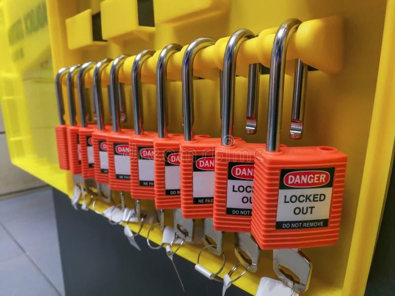 Η κόκκινες βασικές κλειδαριά και η ετικέττα για τη διαδικασία κόβουν ηλεκτρικό, η τραβέρσα τ στοκ φωτογραφία με δικαίωμα ελεύθερης χρήσης