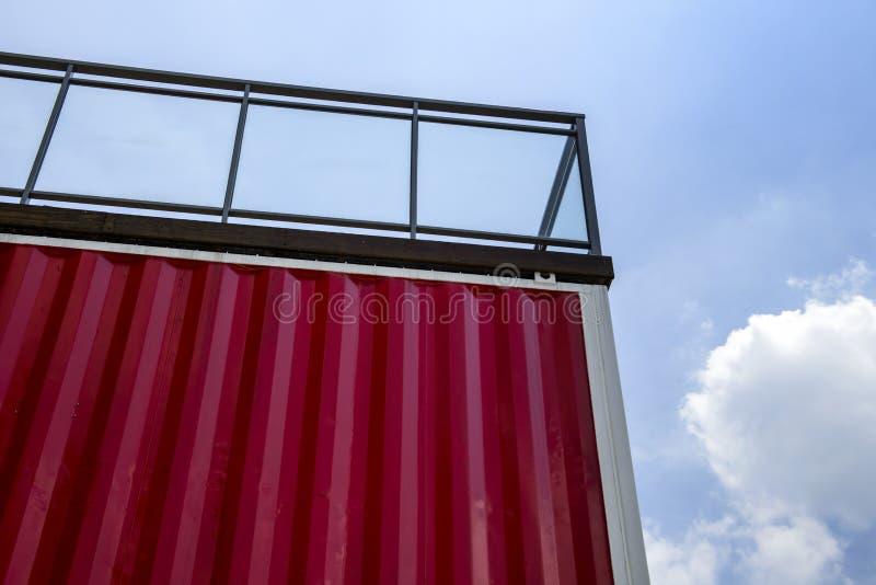Η κόκκινη αποθήκευση εμπορευματοκιβωτίων κάτω από τη οδοποιία με το μπλε ουρανό στοκ φωτογραφία με δικαίωμα ελεύθερης χρήσης