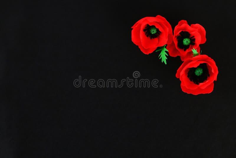 Η κόκκινη ημέρα Anzac παπαρουνών εγγράφου Diy, ενθύμηση, θυμάται, η ημέρα μνήμης crepe το έγγραφο για το μαύρο υπόβαθρο στοκ φωτογραφίες