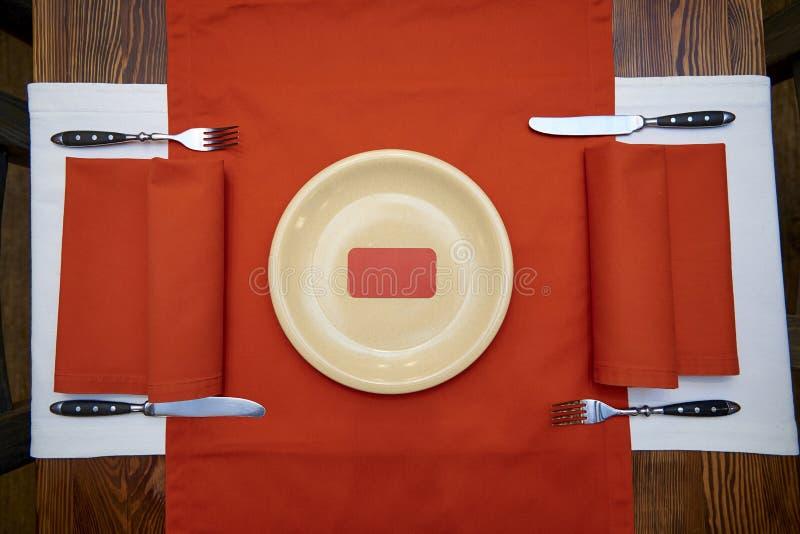 Η κόκκινη κάρτα είναι σε ένα πιάτο στοκ φωτογραφία με δικαίωμα ελεύθερης χρήσης