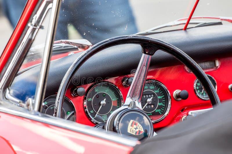 Η κόκκινη κλασική Porsche 356 πιλοτήριο στοκ εικόνες