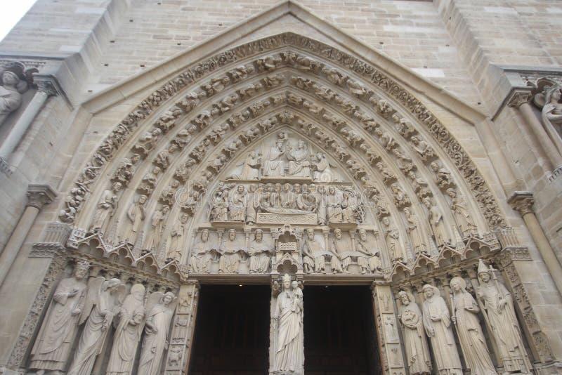 Η κόκκινη πόρτα του γοτθικού καθεδρικού ναού στην πρόσοψη δυτικών πυλών της Notre Dame, Γαλλία, ιστορικά μνημεία απαριθμεί την αρ στοκ φωτογραφία με δικαίωμα ελεύθερης χρήσης