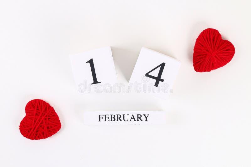 Η κόκκινη σπιτική diy καρδιά έκανε το χαρτόνι, νήμα, ξύλινο διαρκές ημερολόγιο στο άσπρο υπόβαθρο Ημέρα βαλεντίνων του ST ιδέας,  στοκ εικόνα