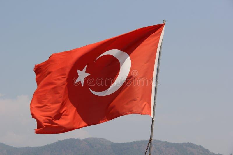 Η κόκκινη τουρκική σημαία που κυματίζει στον αέρα στοκ εικόνες