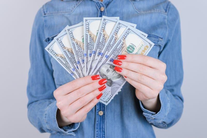 Η κόκκινη φιλανθρωπία δίνει το νέο custo ανταλλαγής φορολογικού νομίσματος προσώπων ανθρώπων στοκ εικόνα