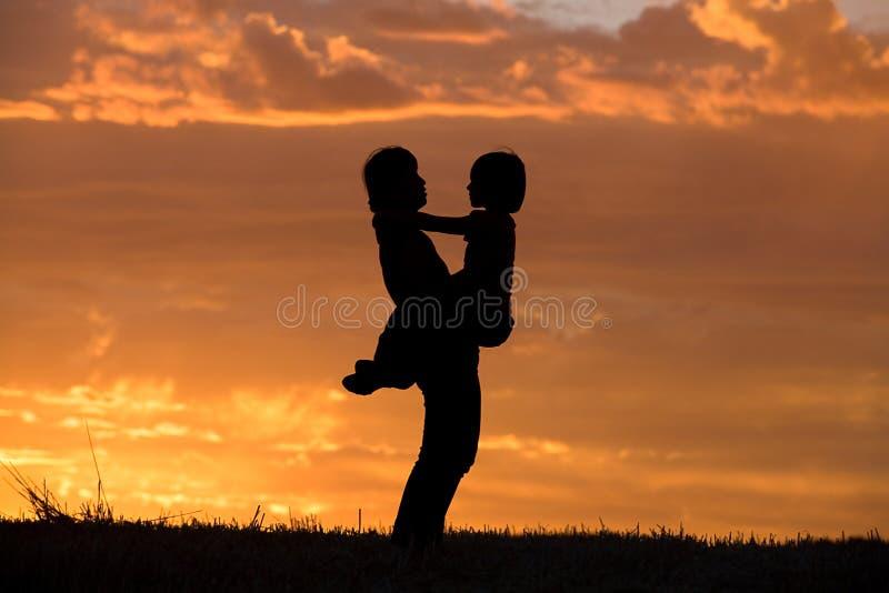 η κόρη αυτή κρατά τη μητέρα στοκ φωτογραφία με δικαίωμα ελεύθερης χρήσης