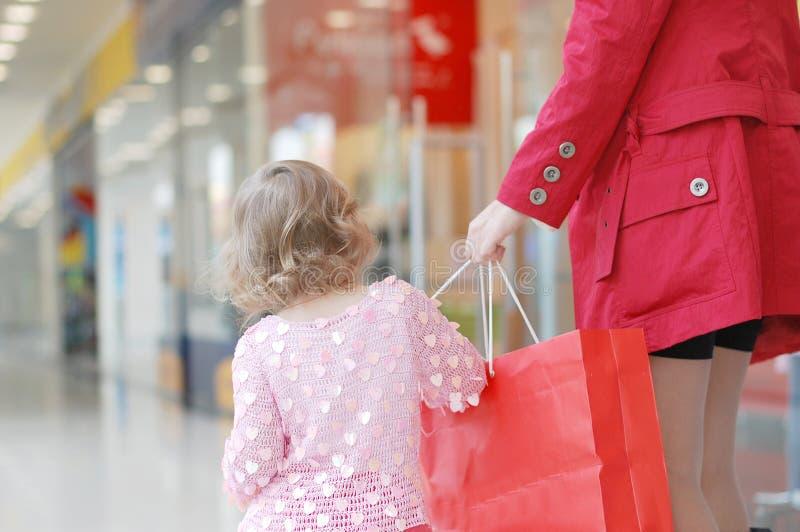 η κόρη κάνει mum ψωνίζοντας στοκ φωτογραφία