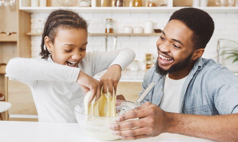 Η κόρη πατέρων και παιδιών ζυμώνει τη ζύμη στοκ εικόνες με δικαίωμα ελεύθερης χρήσης