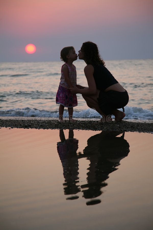 η κόρη φιλά τη μητέρα στοκ εικόνες