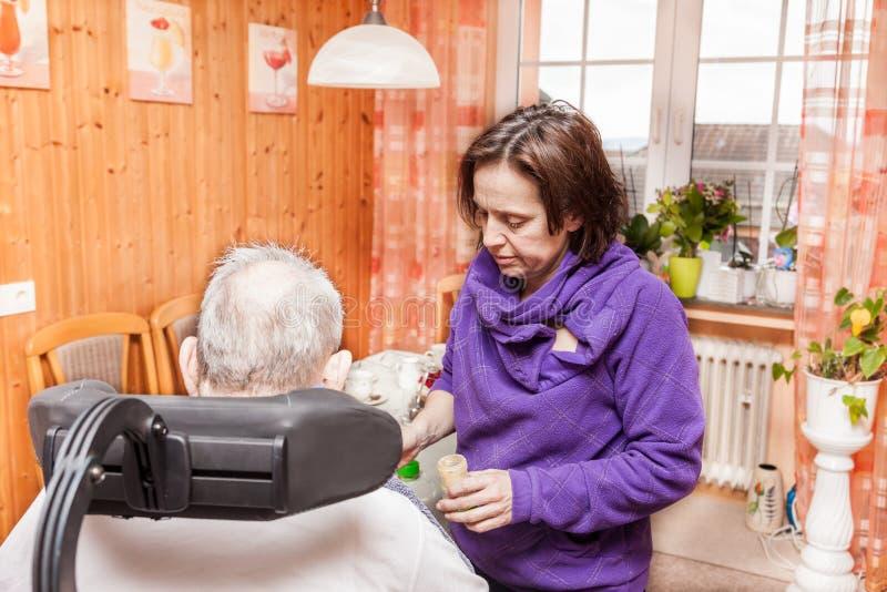 Η κόρη φροντίζει τον ηλικιωμένο πατέρα της στοκ φωτογραφία με δικαίωμα ελεύθερης χρήσης