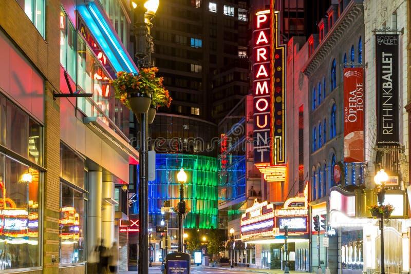 Η κύρια οδός της Ουάσιγκτον στη στο κέντρο της πόλης Βοστώνη τη νύχτα στοκ εικόνες