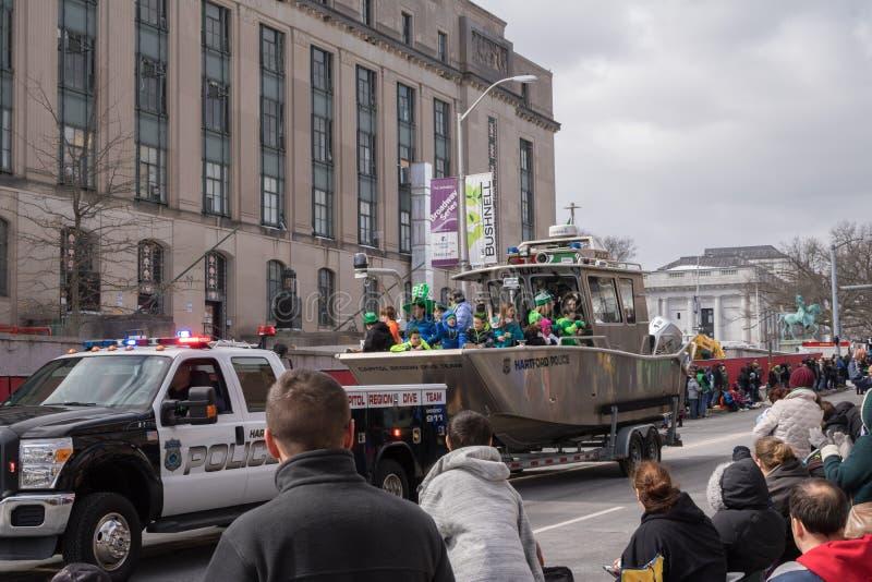 Η κύρια περιοχή βουτά βάρκα ομάδας στην παρέλαση ημέρας του ST Πάτρικ ` s στοκ εικόνα με δικαίωμα ελεύθερης χρήσης