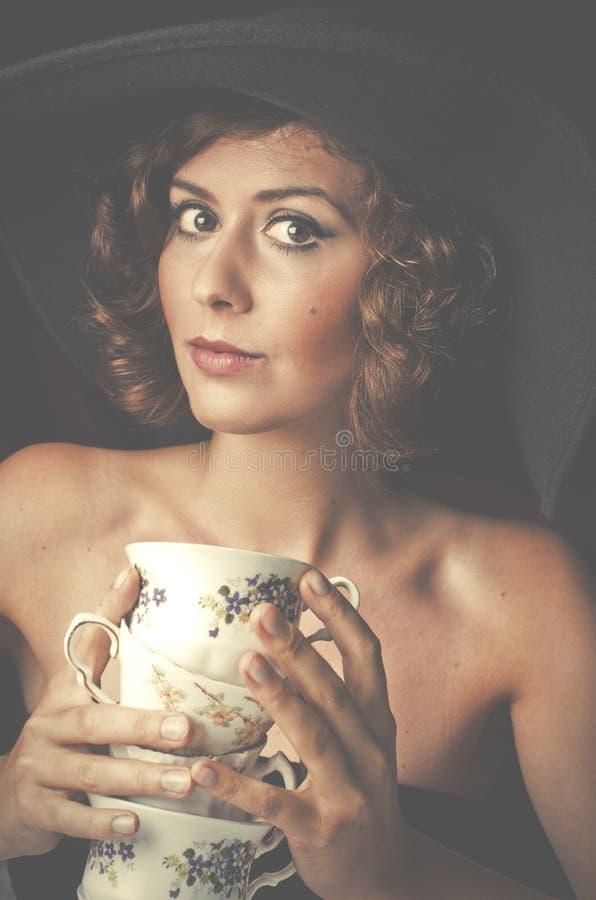 Η κλασσική γυναίκα έθισε στον καφέ σγουρές νεολαίες γυνα στοκ εικόνα με δικαίωμα ελεύθερης χρήσης