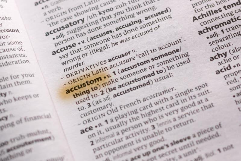 Η λέξη ή η φράση Accustom σε ένα λεξικό στοκ φωτογραφία