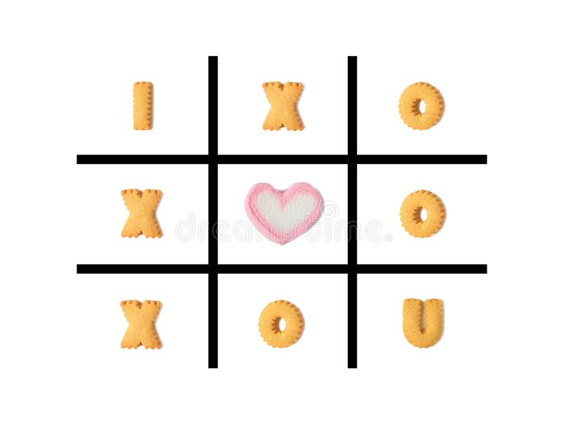 Η λέξη Ι U ΑΓΑΠΗΣ στο παιχνίδι toe TAC σπασμού που έγινε με το αλφάβητο διαμόρφωσε τα μπισκότα και μια καρδιά διαμόρφωσε marshmal ελεύθερη απεικόνιση δικαιώματος