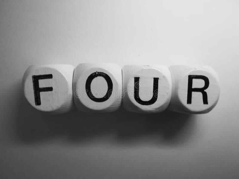 Η λέξη τέσσερα σε ξύλινο χωρίζει σε τετράγωνα στοκ φωτογραφίες με δικαίωμα ελεύθερης χρήσης