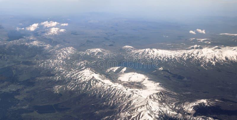 Η λίμνη μεταξύ των βουνών Καύκασου στοκ εικόνα