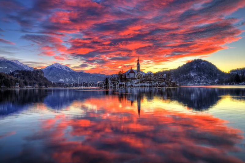 Η λίμνη που αιμορραγήθηκε, η εκκλησία της υπόθεσης της Virgin Mary, αιμορράγησε το νησί, Σλοβενία - ανατολή στοκ εικόνες