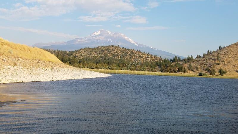 Η λίμνη που κάμπτει προς τα βουνά στοκ φωτογραφίες με δικαίωμα ελεύθερης χρήσης