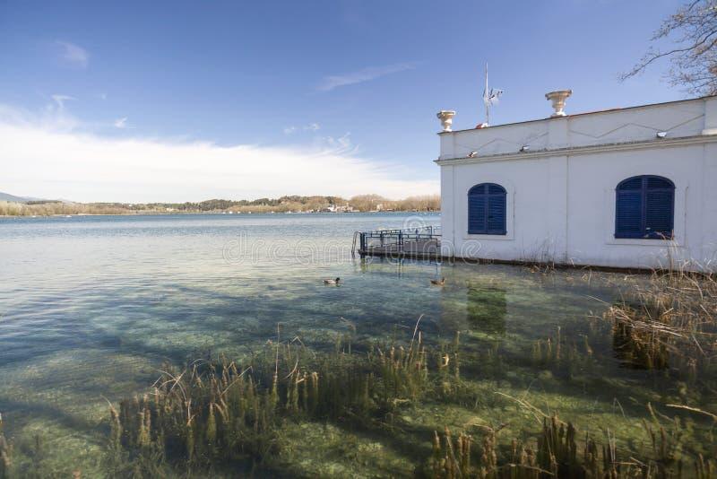 Η λίμνη τοπίων με την παλαιά και χαρακτηριστική αλιεία στεγάζει ονομασμένος pesquer στοκ φωτογραφίες