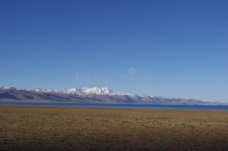 Η λίμνη Namtso και τα βουνά χιονιού στοκ εικόνες