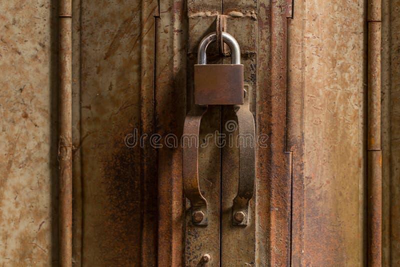 Η λαβή πορτών κλείδωσε τον παλαιό χάλυβα σκουριασμένο στοκ εικόνα με δικαίωμα ελεύθερης χρήσης