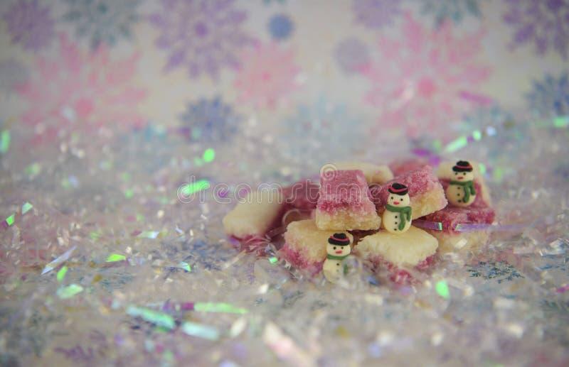 Η λαμπρή όμορφη εικόνα φωτογραφίας τροφίμων Χριστουγέννων χρώματος κρητιδογραφιών με τον ντεμοντέ αγγλικό πάγο καρύδων μεταχειρίζ στοκ εικόνες
