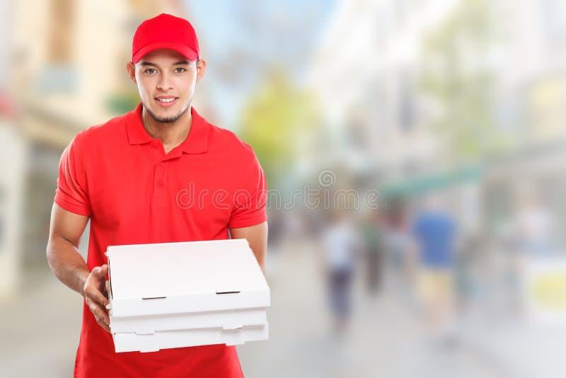 Η λατινική διαταγή ατόμων υπηρεσιών παράδοσης αγοριών πιτσών που παραδίδει την εργασία παραδίδει το διάστημα πόλης copyspace αντι στοκ φωτογραφία